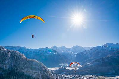 /site/assets/files/1043/paragliding-winter-interlaken-mike-kaufmann-06805.jpg
